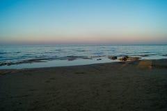 Landskap av havet, strand, solnedgång på havet, röd himmel, brännhet solnedgång Royaltyfri Fotografi