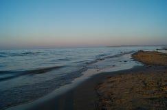 Landskap av havet, strand, solnedgång på havet, röd himmel, brännhet solnedgång Royaltyfri Bild