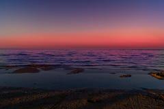 Landskap av havet, strand, solnedgång på havet, röd himmel, brännhet solnedgång Royaltyfri Foto