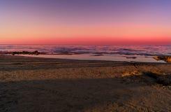 Landskap av havet, strand, solnedgång på havet, röd himmel, brännhet solnedgång Arkivfoton
