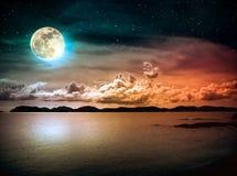 Landskap av himmel med fullmånen på seascape till natten Serenitet n royaltyfri bild