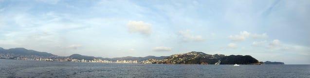 landskap av hotellzonen av Acapulco, Mexico på en molnig dag som ses från ett fartyg arkivbilder