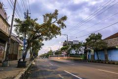 Landskap av huvudvägen i Purwokerto Arkivfoto