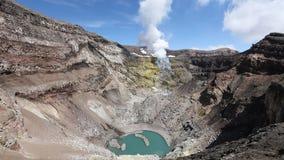 Landskap av Kamchatka: sikt av den aktiva Gorely för krater vulkan, fumarolic aktivitet av vulkan stock video