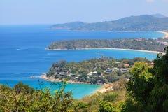 Landskap av Karon och Kata Beaches med bakgrund för blå himmel på Phuket Fotografering för Bildbyråer