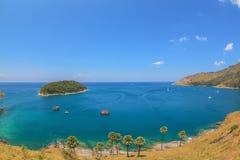 Landskap av Karon och Kata Beaches med bakgrund för blå himmel på Phuket Royaltyfria Bilder