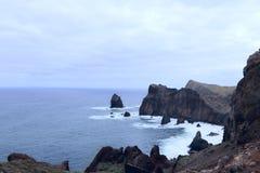 Landskap av kusten av ?n av madeiran p? en molnig dag arkivfoto