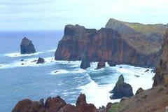 Landskap av kusten av ?n av madeiran p? en molnig dag royaltyfri fotografi