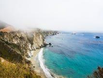 Landskap av kustlinjen längs huvudvägen 1is som täckas av dimma Arkivfoto