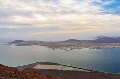 Landskap av La Graciosa som ses från Miradoren del RÃo på klipporna av Lanzarote arkivfoto