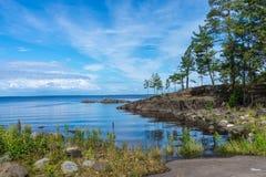 Landskap av Lake Ladoga till den Valaam ön på en solig dag Arkivfoto