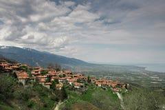Landskap av lilla staden på hacka av berg arkivfoton