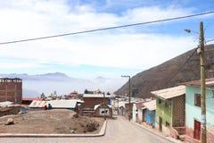 Landskap av lite byn i bergen/montañasna Perú för las för fotografÃa de FN puebloen royaltyfri bild