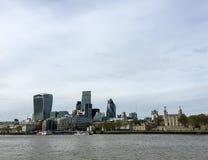 Landskap av London skyskrapor med Thames River, UK Arkivbild