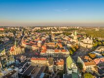 Landskap av Lublin med en sikt för öga för fågel` s av den gamla staden, domkyrkan, det Trinitarian tornet, den Krakow porten och Royaltyfria Bilder