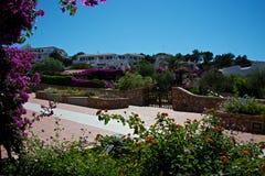 Landskap av lyxiga uppehåll med trädgårdar som är fulla av blommor Royaltyfria Bilder