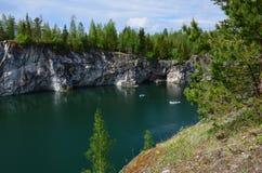 Landskap av marmorkarriären i Ruskeala, republik av Karelia, Ryssland arkivfoton