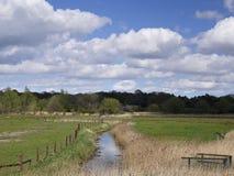 Landskap av marsklan på floden Alde - Snape - Suffolk Royaltyfria Foton