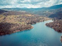 Landskap av montains med sjön och träd Arkivfoto