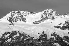 Landskap av Monte Rosa Group toppmöten Liskamm & x28; Silberbast& x29; Svartvit bild aostaitaly dal Royaltyfri Fotografi