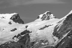 Landskap av Monte Rosa Group toppmöten Roccia Nera & x28; Svarta Rock& x29; och Polluce Svartvit bild aostaitaly dal arkivbilder