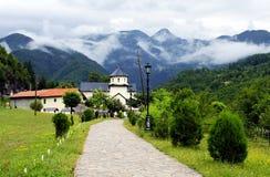 Landskap av Montenegro - kyrka i berg royaltyfri foto
