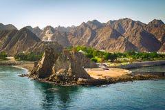Landskap av Muscat, Oman med den Muttrah rökelsegasbrännaren, Mellanösten arkivbilder