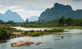 Landskap av Nam Song River arkivbilder