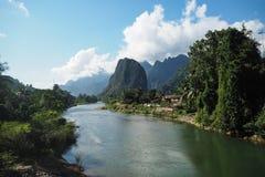 Landskap av Nam Song River royaltyfri fotografi