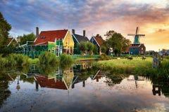 Landskap av nederländska väderkvarnar arkivfoto