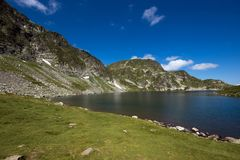 Landskap av njure sjön, de sju Rila sjöarna, Bulgarien Royaltyfria Foton