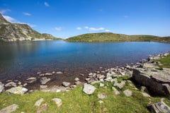 Landskap av njure sjön, de sju Rila sjöarna, Bulgarien Arkivbilder