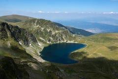 Landskap av njure sjön, de sju Rila sjöarna, Bulgarien Royaltyfri Bild