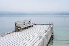 Landskap av Norge med en sikt av fjorden arkivfoton