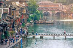 Landskap av Phoenix forntida townFenghuang, Hunan, Kina arkivfoton