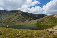 Landskap av reva sjön, de sju Rila sjöarna, Bulgarien Arkivbild