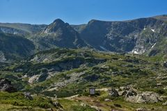 Landskap av Rila Mountan nära, de sju Rila sjöarna, Bulgarien Royaltyfria Bilder