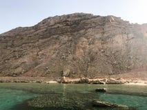 Landskap av salt vatten för klart blått naturligt hav, hav, hav med en botten av korallrever, stenar mot bakgrunden av den höga b royaltyfri foto