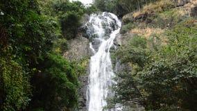 Landskap av Sarika det höga vattenfalllandskapet i Thailand stock video
