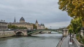 Landskap av Seine River med gamla broar royaltyfria bilder