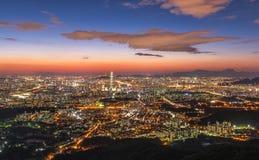 Landskap av Seoul stadshorisont på natten i Korea Arkivbild