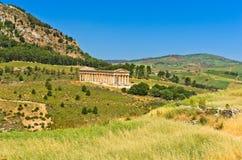 Landskap av Sicilien med den gamla grekiska templet på Segesta Royaltyfria Bilder