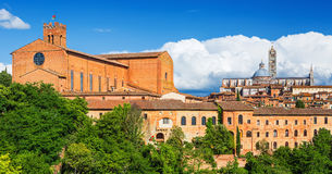 Landskap av Siena, kupolen och det Klocka tornet av Siena Cathedral, basilika av San Domenico, Tuscany, Italien Arkivfoton