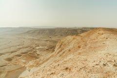 Landskap av sikten från torr öken för kanjon i Israel Dalen av sand, vaggar och stenar i varmt mellersta östligt turismställe royaltyfria bilder