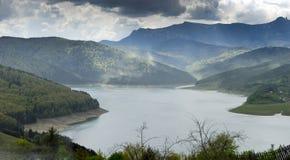 Landskap av sjön Bicaz Rumänien royaltyfri bild