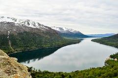 Landskap av sjön Fagnano med reflexion i vatten Fotografering för Bildbyråer