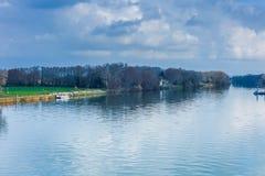 Landskap av sjösikten från den Avignon bron, Frankrike i vinterlopp royaltyfri bild