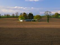 Landskap av skördfältet som är förberett för att så.  Arkivfoto