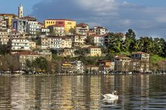 Landskap av staden av Kastoria från sjön Orestiada, Grekland royaltyfria foton