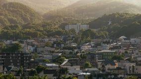 Landskap av staden med berget i Hokkaido, Japan royaltyfria bilder